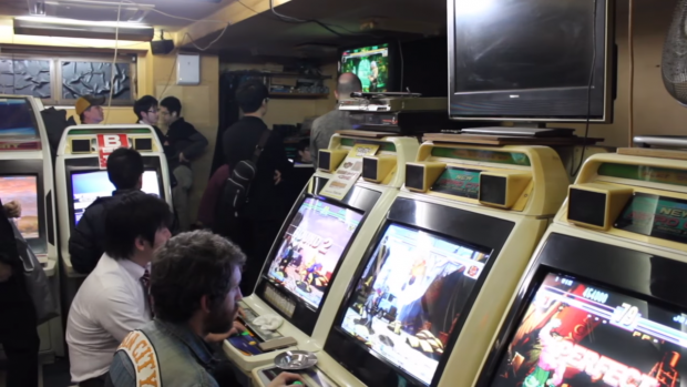 In Giappone le sale giochi sono ancora vive e ospitano tornei di titoli storici a cui partecipano le leggende dell'arcade stick.