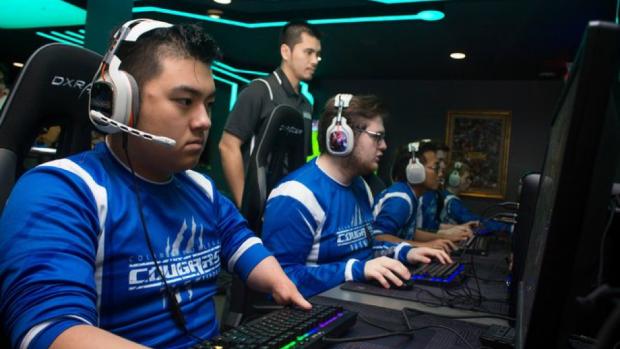 """I Cougars dell'Università """"Columbia""""del Missouri, con il loro coach, Duong Pham, impegnati in un match a League of Legends nel campionato NACE."""