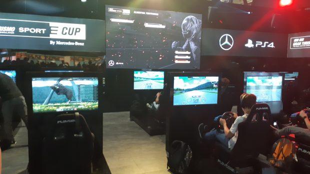 Lo stand di Sony dedicato alla competizione mette a disposizione numerose postazioni per gestire l'afflusso di pubblico.