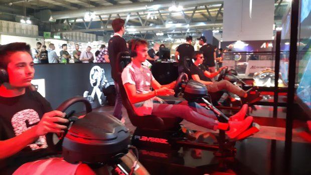 Le code allo stand della GT Sport E-Cup by Mercedes-Benz oggi saranno ancora più lunghe, vista la maggiore affluenza del sabato alla Milan Games Week.