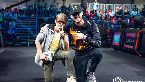 """Giorgio """"Pow3r"""" Calandrelli insieme a un fan nel corso del Fortnite Community Party."""