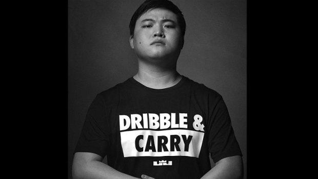 """Nell'annuncio della sponsorship di Nike, Zihao indossa una maglietta con la scritta """"Dribble & Carry"""", un chiaro rimando a League of Legends. Carry è un termine usato per indicare il singolo giocatore che spinge la sua squadra alla vittoria."""