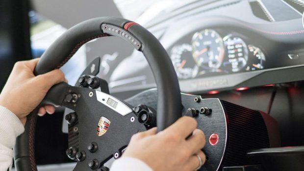 Il coinvolgimento di Porsche nel simracing arriva da lontano: da tempo l'azienda tedesca collabora con numerosi produttori di periferiche di guida per portare il suo marchio sui loro prodotti.