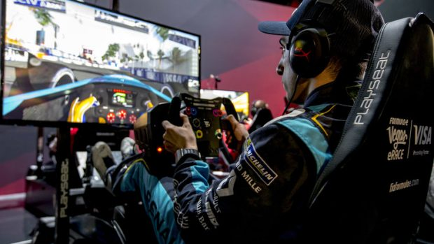 La diffusione del simracing come disciplina esportiva è sempre più evidente: sviluppatori, produttori hardware, piloti reali e virtuali stanno entrando a far parte di un ecosistema che la FIA vuole usare come trampolino di lancio per i motorsport reale.