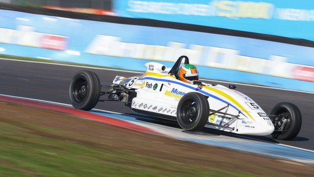 La Formula Ford Inglese si corre su piste storiche come Snetterton, Oulton Park e Brands Hatch su monoposto addestrative ma molto veloci.